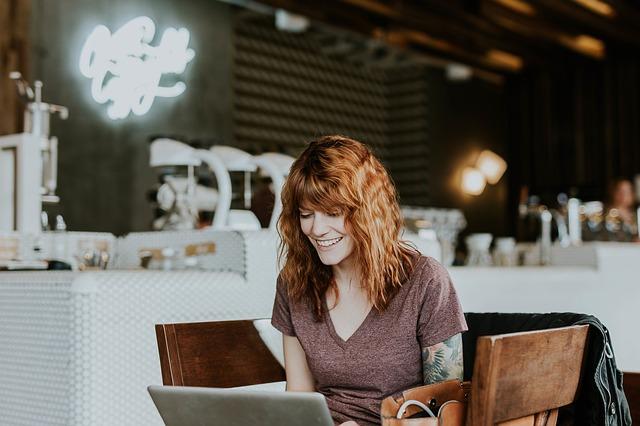 žena v kavářně v notebookem