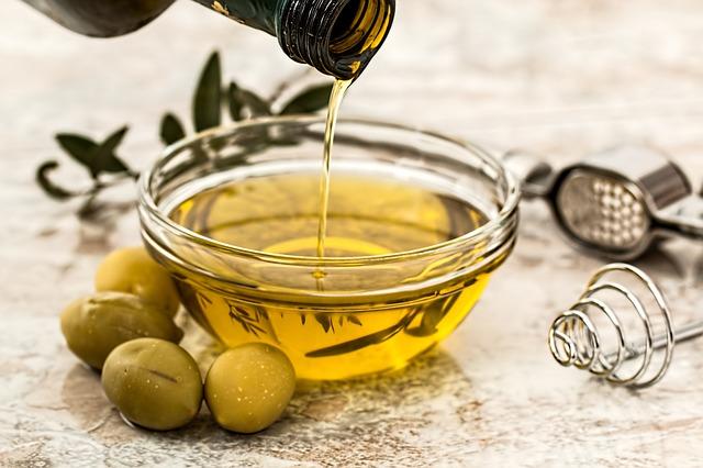 olivový olej v misce