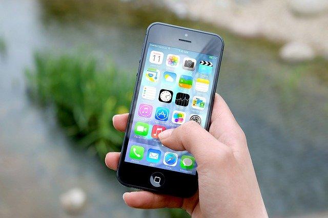 zapnutý mobilní telefon