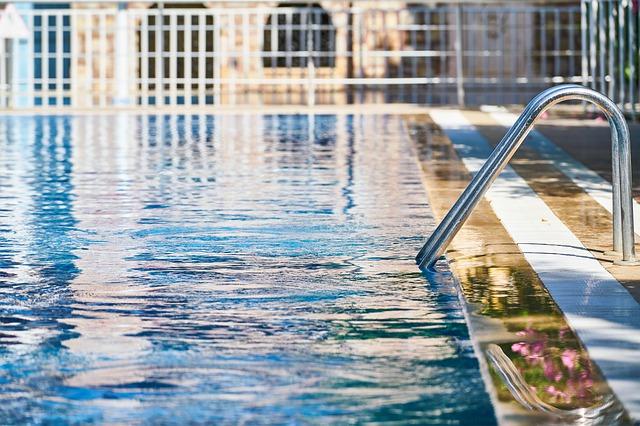schůdky u bazénu.jpg