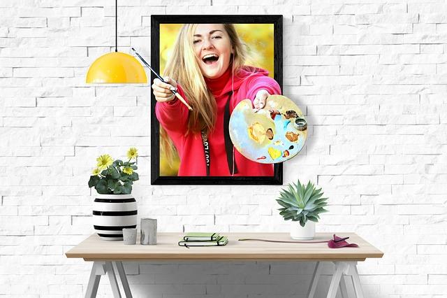žena s paletou – obraz na bílé zdi