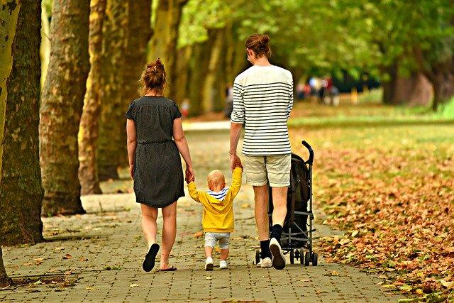 Rodina na procházce.jpg