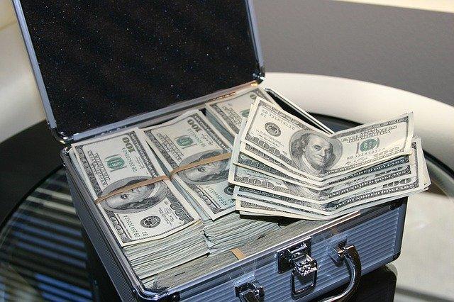 kufřík s dolary