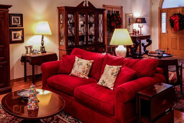 červená pohovka, obývací pokoj
