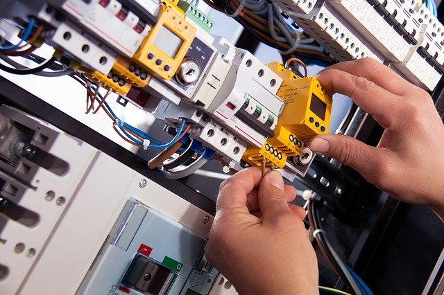 elektrikář vyměňující pojistky